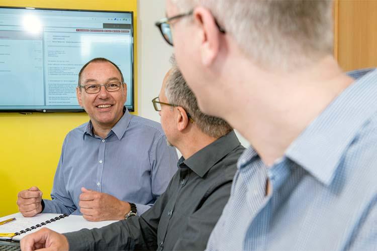 Ansgar Licher von LWsystems spricht mit seinen Kollegen.
